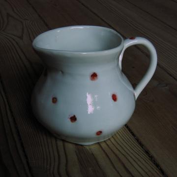 Keramik: lille kande med r�de prikker