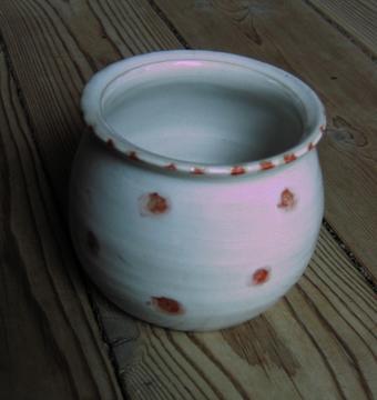 Keramik: Marmeladeb�tte med r�de prikker